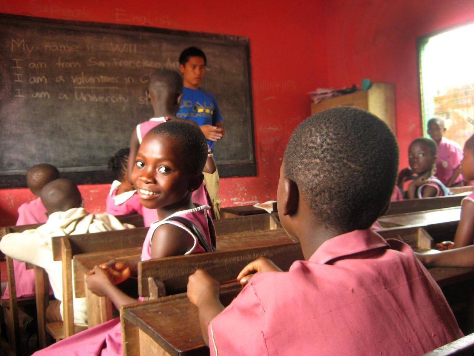 アフリカの教室でがんばる教育ボランティア